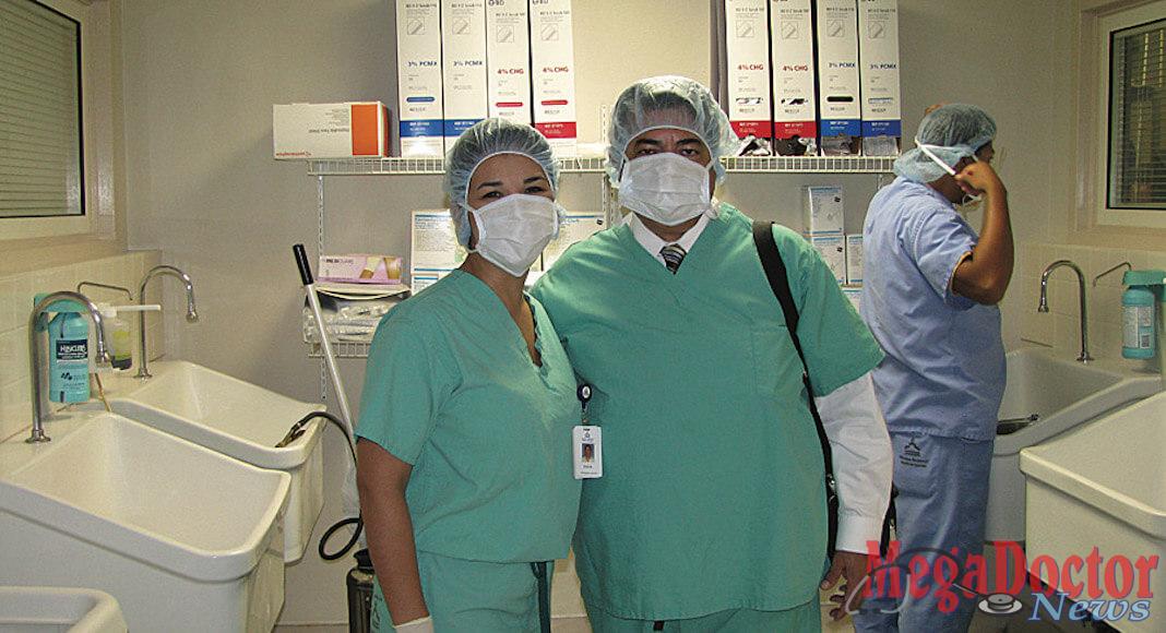 Foto de Izq. a Der.: Eva Rodriguez, Physician Liaison, Mission Regional Medical Center y Roberto Hugo Gonzalez, Director de Mega Metropolis Health & Fitness antes de entrar al quirófano.
