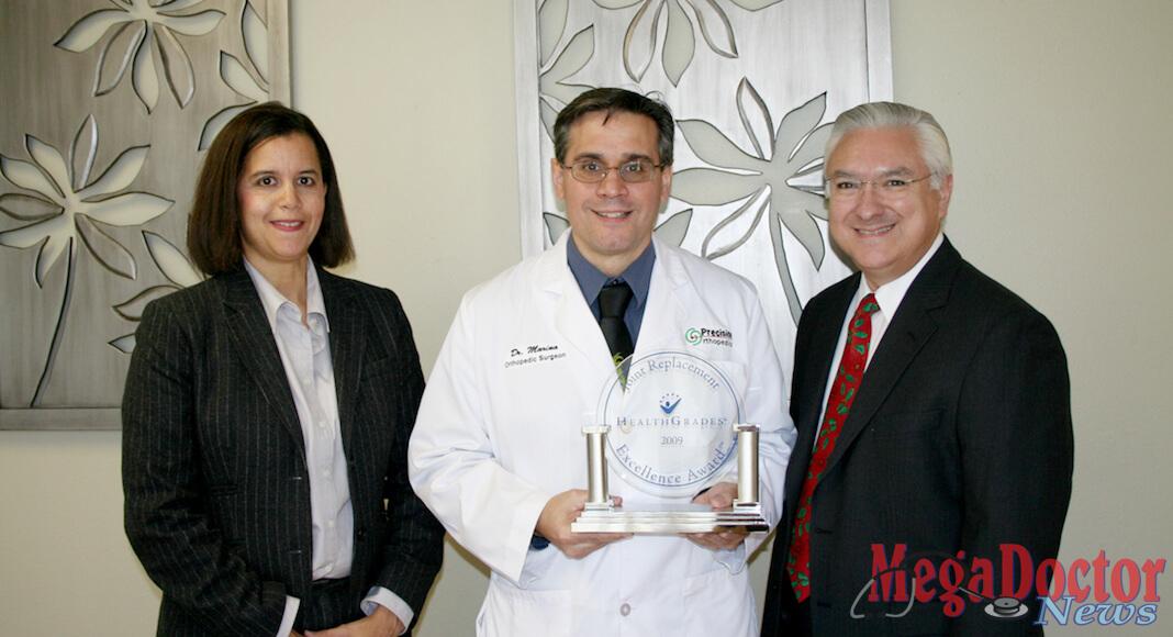 De i. a d.: La doctora Jesselle Mathews, Jefe del Equipo; doctor Cirujano Ortopédico José M. Marina, y Javier Iruegas, CEO del Mission Regional Medical Center.